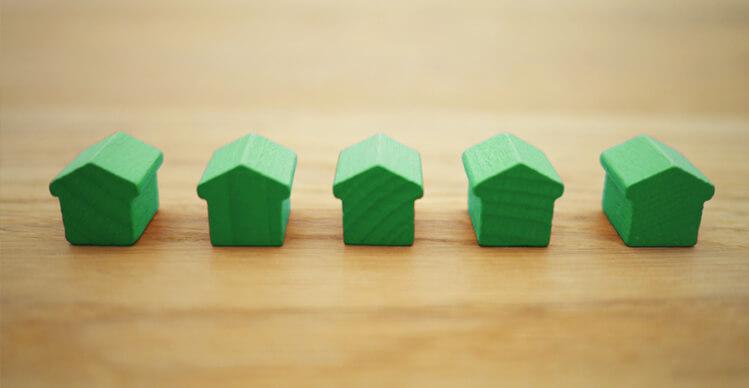 Kleine grüne Holzhäuser