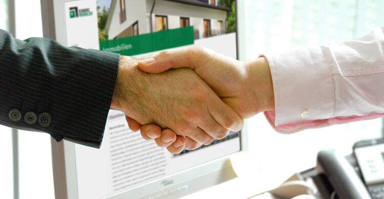 Händeschütteln vor Schwarz Immobilien Webseite